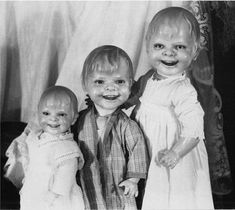Dolls have always been some of the most creepy objects in horror fanfiction. The most famous example of scary dolls is Chuckie from Child's Play, in which Vintage Bizarre, Creepy Vintage, Creepy Old Photos, Creepy Pictures, Bizarre Photos, Halloween Pictures, Images Terrifiantes, Scary Dolls, Ugly Dolls