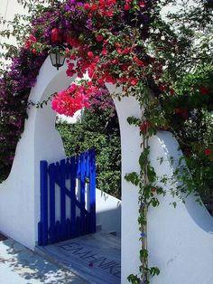 Beautiful entrance in Paros island, Greece Beautiful Homes, Beautiful Places, Paros Greece, Paros Island, Greek House, Garden Gates, Greek Islands, Mykonos, Greek Isles