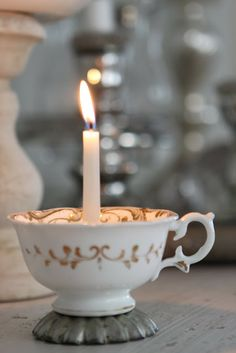 Glue a candle holder inside a tea cup and glue the tea cup on top of a baking tin. From Sjarmerende jul.
