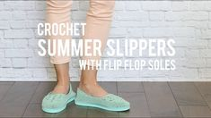 How to Crochet Easy Slippers With Flip Flop Soles- Free Pattern + Beginner Tutorial. In this video tutorial, we learn how to crochet lightweight slippers with flip flop soles. If you prefer to keep your feet covered when youre shuffling around the house Crochet Shoes Pattern, Modern Crochet Patterns, Shoe Pattern, Crochet Slippers, Knitting Patterns, Learn To Crochet, Easy Crochet, Beginner Crochet, Tutorial Crochet