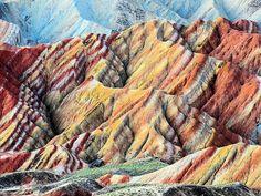 Las montañas a continuación (parte del parque geológico de Zhangye Danxia), por su particular colorido a causa de su composición de arenisca y la erosión, bien podrían protagonizar la lista de las montañas más coloridas del mundo