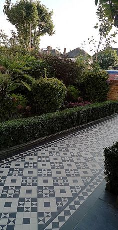 black and white victorian reproduction mosaic tile path battersea York stone rope edge buxus london front garden Front Path, Front Steps, Garden Entrance, Entrance Ways, Victorian Front Garden, Victorian Terrace, Victorian House, Victorian Mosaic Tile, Porch Tile