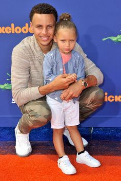 Riley Curry was right by her dad's side as he took home more hardware at the Nickelodeon Kid's Choice Sports Awards.