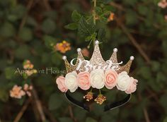 There are different rumors about the real history of the marriage dress; tesettür First Narration; In ancient Rome, along with … Bachelorette Sash, Bachelorette Decorations, Wedding Decorations, Bridal Shower Gifts For Bride, Bridal Gifts, Disney Frozen Birthday, Bride Headband, Bridal Crown, Gold Crown