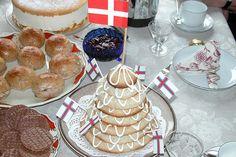 Fødselsdagsbord med boller, ostetærte og kransekage