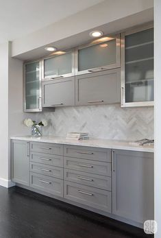 Modern And Trendy Kitchen Cabinets Ideas And Design Tips – Home Dcorz Grey Kitchen Tiles, Grey Shaker Kitchen, Grey Kitchen Designs, Modern Kitchen Design, Kitchen Decor, Kitchen Ideas, Kitchen Backsplash, 10x10 Kitchen, Kitchen With Grey Walls