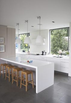 Big Window, Pendant lights, Bench Chairs, built in kitchen island Large Open Plan Kitchens, Open Plan Kitchen Diner, New Kitchen, Kitchen Dining, Kitchen Island, Kitchen Ideas, Beach Kitchens, Home Kitchens, Open Plan Living
