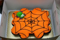 Halloween Cupcakes - intentionally let the cupcakes rise into each other - walla, easy break apart cake Halloween recipes for scary and easy Halloween cupcakes: darling ghosts, scary fingers, cute spiders on an orange pumpkin icing. Halloween Cupcakes Easy, Dessert Halloween, Holiday Cupcakes, Halloween Baking, Halloween Goodies, Cute Cupcakes, Halloween Food For Party, Halloween Cakes, Halloween Birthday