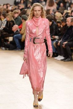 Nina Ricci Fall 2017 Ready-to-Wear Fashion Show Collection Pink Fashion, Fashion Week, Fashion 2017, 90s Fashion, Runway Fashion, Autumn Fashion, Fashion Trends, Aw17 Fashion, Metallic Fashion