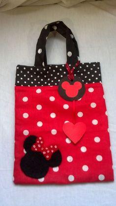 Fácil, sencilla y económica de hacer Mickey Mouse Crafts, Fiesta Mickey Mouse, Mickey Mouse And Friends, Minnie Mouse Party, Tote Pattern, Purse Patterns, Disney Diy, Disney Crafts, Hello Kitty Crochet