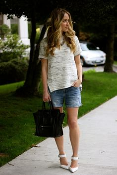 Simple outfit. Denim shorts, a tee, a structured bag and pumps.