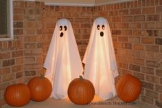 Easy ghosts using tomato cages http://ryananddanette.blogspot.com/search?q=ghosts