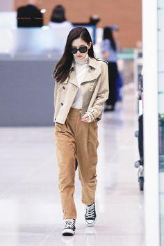 Kpop Fashion Outfits, Blackpink Fashion, Korean Outfits, Korean Fashion, Kim Jennie, Jenny Kim, Oufits Casual, Casual Outfits, Khaki Pants Outfit