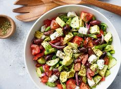 Aujourd'hui, je vous propose une recette de salade grecque super simple à faire avec une vinaigrette d'incluse! Une parfaite petite salade estivale ;) Healthy Snacks, Healthy Recipes, Cobb Salad, Potato Salad, Brunch, Snack Recipes, Food Porn, Food And Drink, Veggies