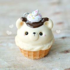Charms Jewelry A little vanilla ice cream bear in a waffle cone. Fimo Kawaii, Polymer Clay Kawaii, Polymer Clay Animals, Fimo Clay, Polymer Clay Projects, Polymer Clay Charms, Polymer Clay Miniatures, Polymer Clay Creations, Cupcakes