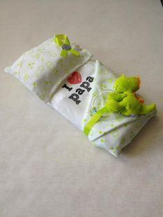 Dino bed Nodig: Dino washandje & Hydro doek, Romper, Dino rammelaar, 5 Luiers. Werkwijze: Neem 4 luiers, vouw 2 luier voor de helft in elkaar, doe dit 2x en leg ze op elkaar, bindt er elastiek omheen. Vouw 1 luier in 3e op, bindt er elastiek omheen. Leg het kussen op het matrasje. Vouw hier de romper omheen en bindt vast. Leg het washandje over het kussen. Vouw het doek als deken op en vouw om het matras, sla het iets terug. Bindt met een lintje de rammelaar bovenop het dekentje vast.