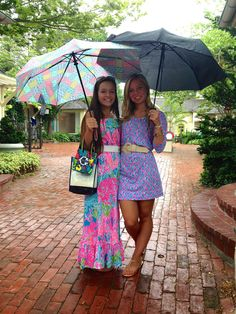 i love the girl on the left's dress! it is to die for! and the vineyard vines umbrella makes it even more pert!
