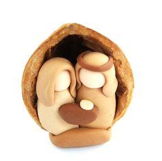 Handmade manger scene in real nutshell (nutshell is about 3cm high)  Handgemachte Krippe in echter Nussschale (Höhe der Nussschale ca. 3cm)  ursulamarkgraf.com/de/news/mini-krippe-in-der-nussschale