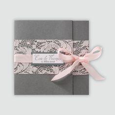Stilvolle Hochzeitseinladung mit rosafarbener Spitze und Satinband