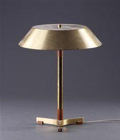 Fog & Mørup. Bordlampe med skærm af messing, stamme og fod af messing og teaktræ. H.45 cm. Vurd. 800 kr.