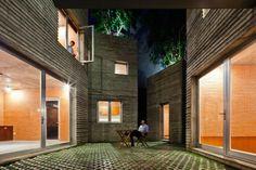 En réponse à l'urbanisation rapide et massive à proximité des villes vietnamiennes, le studio Vo Trong Nghia Architects a conçu un groupe de maisons protot