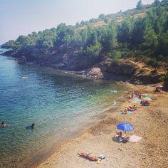 Monday Beach-Quest! Ens podeu dir el nom d'aquesta tranquil.la i preciosa caleta #aRoses? Do you know the name of this small beach #aRoses? #Incostabrava #paradise