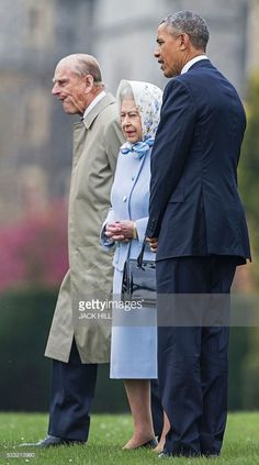 US President Barack Obama (R) is greeted by Britain's Queen Elizabeth II (C) and Prince Philip, Duke of Edinburgh, (L) after landing by helicopter at Windsor Castle for a private lunch in Windsor, southern England, on April, 22, 2016. / AFP / POOL / Jack Hill