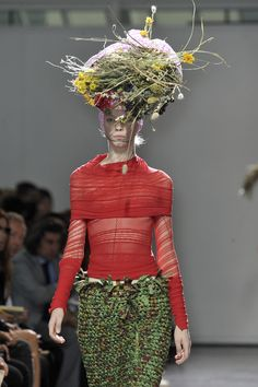 Junya Watanabe SS although this isn't a very practical hat, i appreciate the fact that the artist was so bold. I love the flowers and how colorful it is. Weird Fashion, I Love Fashion, Fashion 2017, Paris Fashion, Womens Fashion, Fashion Design, Ugly Outfits, Turning Japanese, Knitwear Fashion