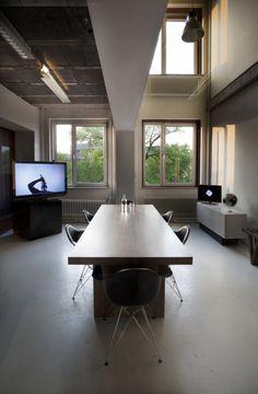 vergadertafel half onder entresol - Momkais Amsterdam Design Studio
