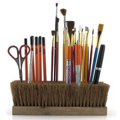 Brush as a pen and paint brush holder. Perfect for my future art studio! Ideas Para Organizar, Diy Inspiration, Idee Diy, Makeup Storage, Broom Storage, Playroom Storage, Pen Holders, Broom Holder, Desk Accessories
