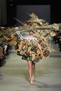Everyone is always hating on flip-flops, but this season Viktor & Rolf brought them to the Haute Couture Paris runways. Haute Couture Paris, Spring Couture, Couture Fashion, Runway Fashion, Couture 2015, Couture Style, Couture Week, Fashion Fail, Weird Fashion