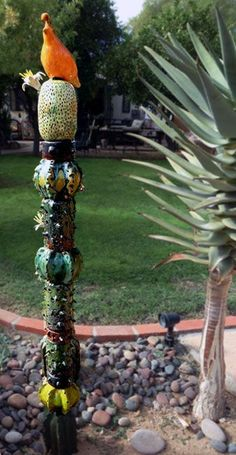 Cactus Totem - not exactly a mosaic, but close enough I love it! click the image or link for more info. Outdoor Sculpture, Garden Sculpture, Agaves, Totem Pole Art, Garden Totems, Mosaic Garden, Mosaic Art, Mosaics, Pottery Sculpture