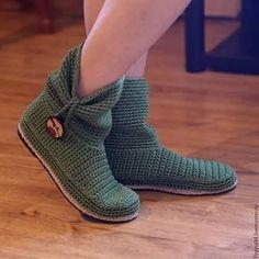 """Boots """"Bota em Crochê - / Boot on Crochet Hooks -"""" Crochet Slipper Boots, Knitted Booties, Crochet Sandals, Knit Shoes, Crochet Baby Booties, Slipper Socks, Crochet Slippers, Crochet Shoes Pattern, Shoe Pattern"""