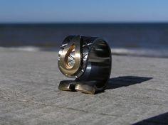 """""""Udsigten"""" fingerring i Sterlingsølv og 14k guld. Ringen er lavet at Loenstrup Smykke Design - Nynne Kegel"""
