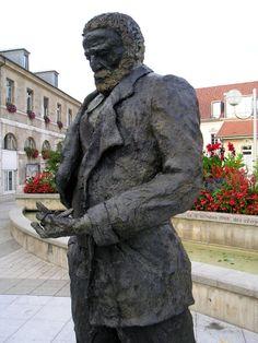 Statue de Victor Hugo par l'artiste sénégalais Ousmane Sow sise sur l'Esplanade des Droits de l'Homme à Besançon. Art Sculpture, Garden Sculpture, Sculptures, Victor Hugo, Ousmane Sow, Statues, Statue En Bronze, Road Trips, Photos