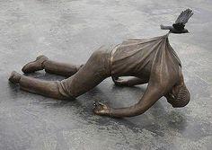 Норвегия. Памятник говорит о том, что бы человек не сдавался. Всегда найдётся кто- то кто предложит помощь.