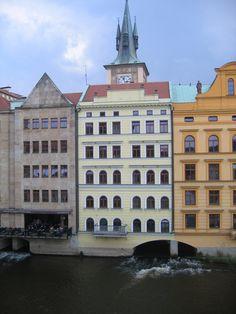 El riu passa per sota uns edificis en aquest racó que es veu des del pont Carles