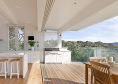 This Palm Beach House renovation in Sydney has louvre windows from Breezway to help the light and airy design enhance the inside and outside connection. Indoor Outdoor Living, Outdoor Rooms, Outdoor Kitchens, Luxury Kitchens, Style At Home, Louvre Windows, Outdoor Kitchen Design, Coastal Homes, Home Fashion