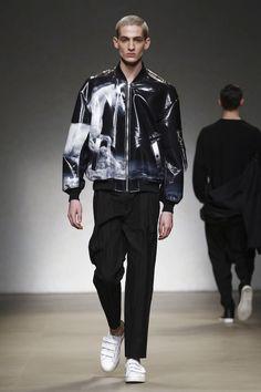 Yoshio Kubo / Moto Guo / Consistence Fashion Show Menswear Collection Fall Winter 2017 in Milan Mens Fashion Week, Fashion News, Fashion Show, Fashion Outfits, Men's Fashion, Fashion Trends, Fashion Inspiration, Summer Trends, Live Fashion