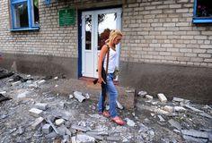 ウクライナ東部ドネツク(Donetsk)市の西25キロにあるペトロフスキー(Petrovsky)で、ウクライナ軍の爆撃後に幼稚園をパトロールする親ロシア派の戦闘員ら(2014年7月15日撮影)。(c)AFP/DOMINIQUE FAGET ▼16Jul2014AFP|街を巡回する親ロシア派の女性戦闘員、ウクライナ http://www.afpbb.com/articles/-/3020695