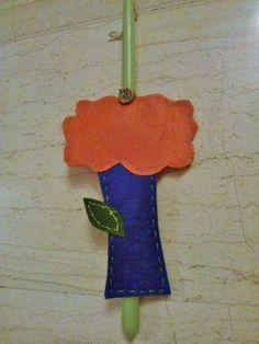 OTINANAI: Λαμπάδα με χειροποίητο δεντράκι από τσόχα