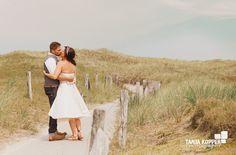 noni-Brautpaar am Strand von Norderney, Strandhochzeit mit noniBraut im kurzen Hochzeitskleid  (www.noni-mode.de - Foto: Tanja Kopper Photography)