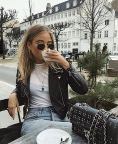 17 stylish leather jacket outfits you should try - outfits/style - Jackets Trend Fashion, Look Fashion, 90s Fashion, Runway Fashion, Fashion Women, Winter Fashion, Fashion Bags, Fashion Eyewear, Fashion Outfits