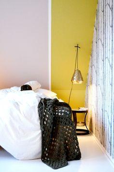FRIVOLE: ★ School holiday, spend a lot of time in bed the first week. Meivakantie met in de hoofdrol in de eerste week, het bed..