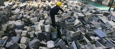 Un empleado arregla computadoras descartado en una fábrica de reciclaje de residuos electrónicos de reciente apertura en Wuhan, provincia de Hubei 29 de marzo de 2011. REUTERS