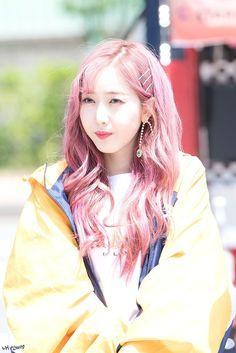 """트위터의 내신비 님: """"180508 스타패스 커피차 미니팬미팅 #여자친구 #신비 #GFRIEND #SinB @GFRDofficial #Time_for_the_moon_night… """" Sinb Gfriend, Fandom, Korean Wave, Entertainment, Pretty Asian, G Friend, Cute Girl Outfits, Korean Celebrities, Pink Hair"""