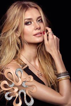 Celebrate your look! Mit viel Liebe zum Detail wurde das rosé goldplattierte Collier mit Zirkonia-Steinen besetzt.
