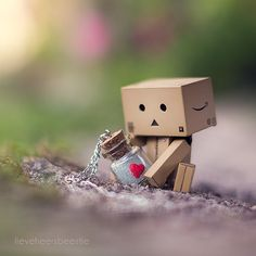 'II' Danbo stole my necklace : Will I ever get it back? From the bottle of my heart Cool Pictures For Wallpaper, Love Wallpaper, Wallpaper Backgrounds, Iphone Wallpaper, Danbo, Miniature Photography, Cute Photography, Cardboard Robot, Box Robot