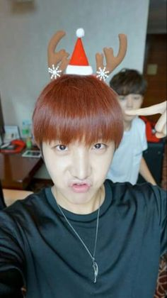 J-Hope- BTS Happy Christmas Ga inget umur kamu! Hoseok Bts, Jhope, Bts Jimin, Christmas Wallpapers Tumblr, Bts Christmas, Bts 2015, Fan Picture, Hair Styles 2014, Cutest Thing Ever