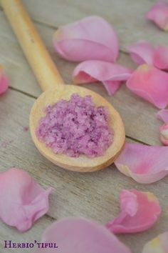Recette sel de bain douceur de rose - Sel de bain maison - recette diy, home-made, slow - Comment faire son propre sel de bain ? Diy Beauty, Beauty Hacks, Lush Bath Bombs, The Body Shop, Coco, Homemade, Recherche Google, Slime, Shower